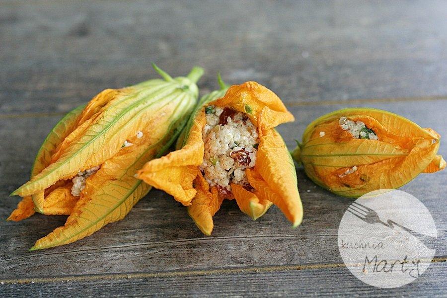 Pieczone kwiaty cukinii nadziewane kaszą kuskus i suszonymi pomidorami