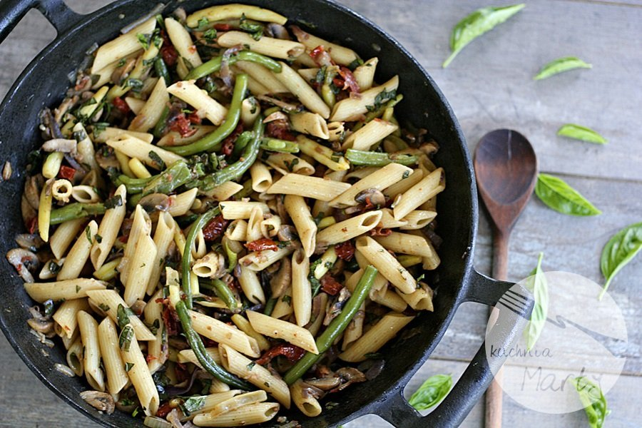 8067.900 - Penne z pieczarkami, fasolką szparagową i suszonymi pomidorami
