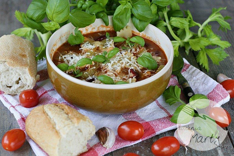 Zupa pomidorowa z fasolą i makaronem