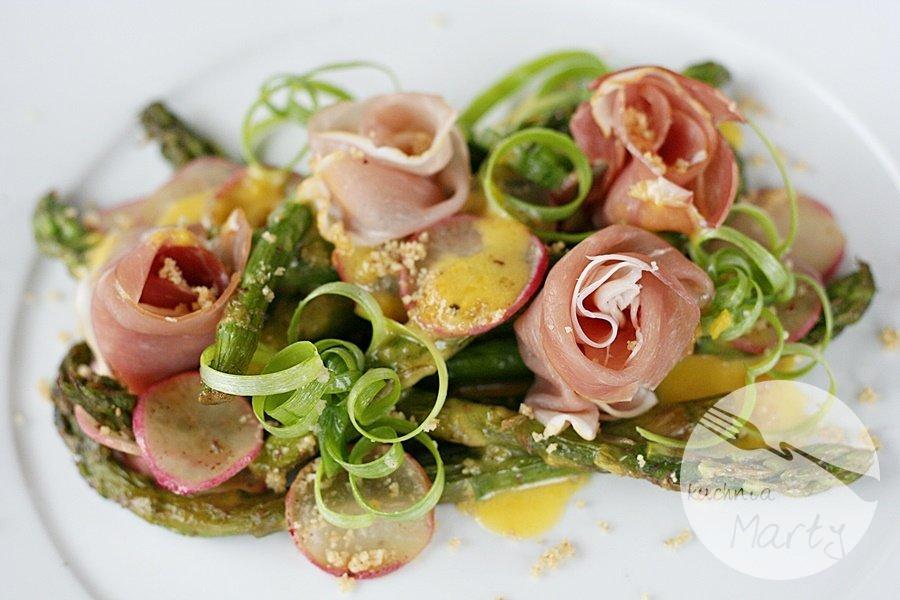 Smażone szparagi z szynką parmeńską i sosem holenderskim