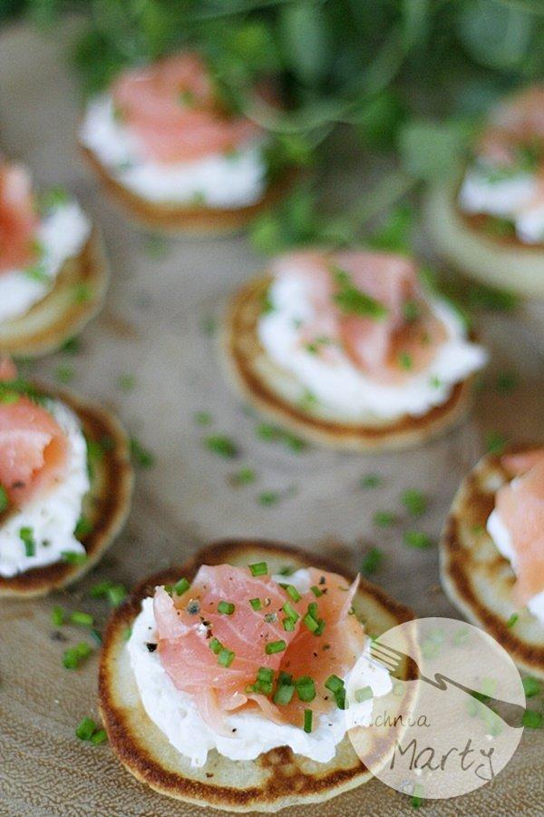 Serowe placuszki z chrzanowym serkiem i wędzonym łososiem