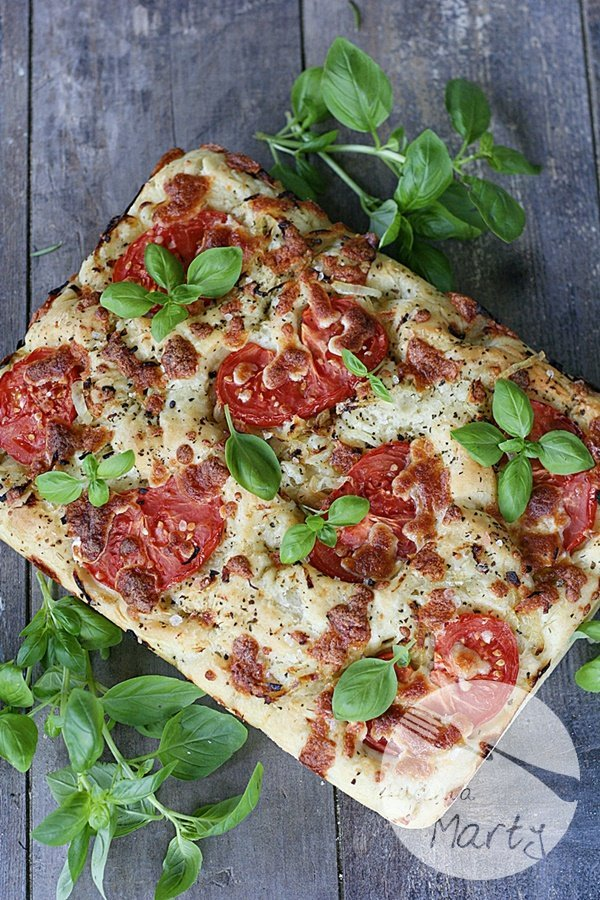9121.900 - Focaccia z pomidorami i cebulą