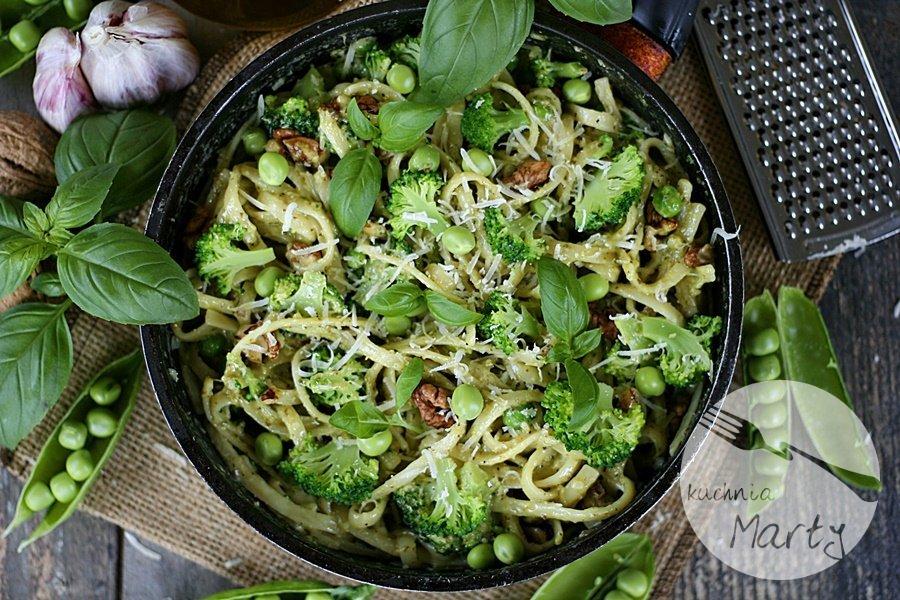 0625.900 - Makaron z bazyliowym pesto brokułem i groszkiem
