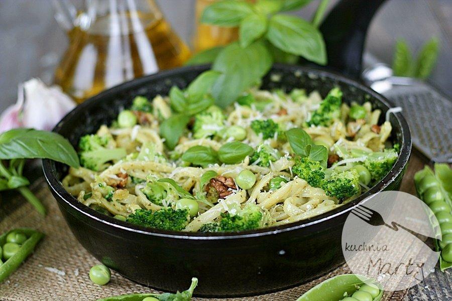 Makaron z bazyliowym pesto brokułem i groszkiem