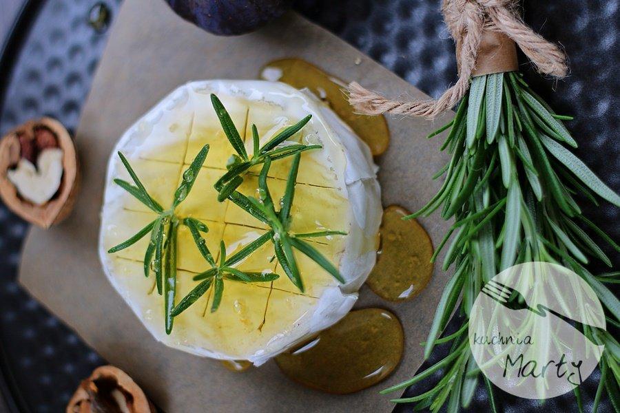 Pieczony camembert z figami i rozmarynem