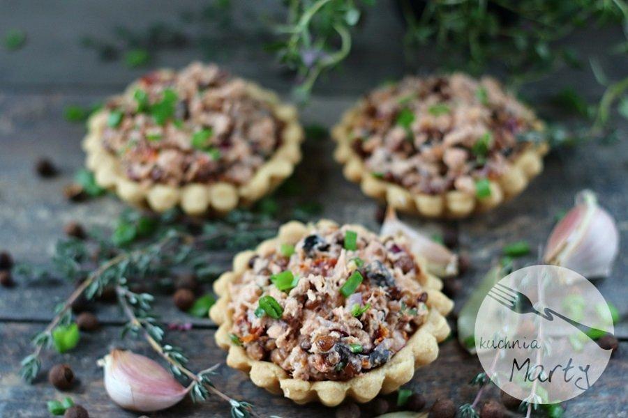 Pasta z łososia soczewicy i suszonych pomidorów na tartaletkach
