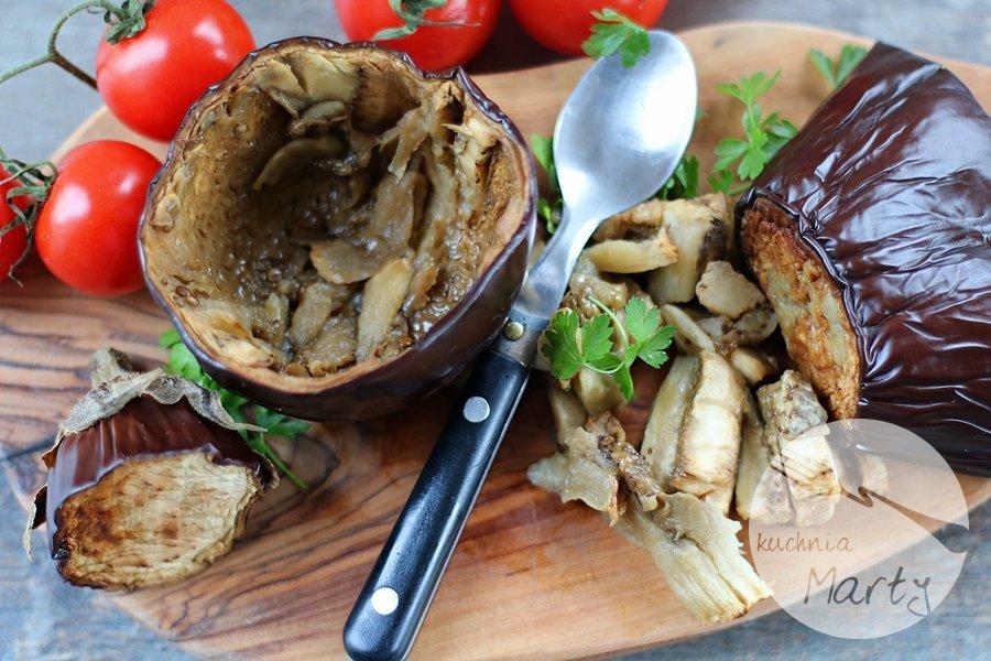 Bakłażan faszerowany karmelizowanymi pomidorami i ciecierzycą