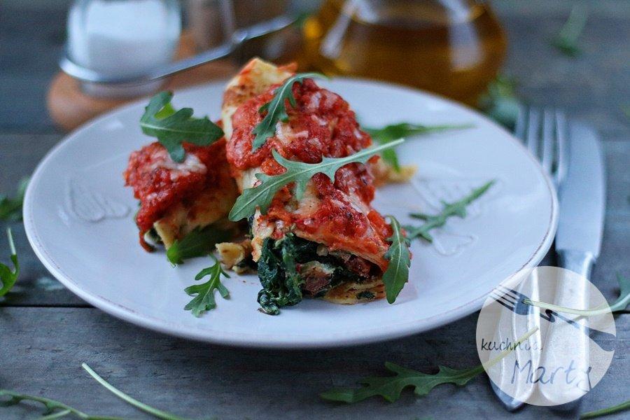 5573.900 - Naleśniki ze szpinakiem i ricottą zapiekane w sosie pomidorowym i mozzarelli