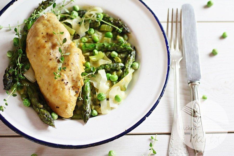 2869 - Kremowy kurczak ze szparagami i zielonym groszkiem
