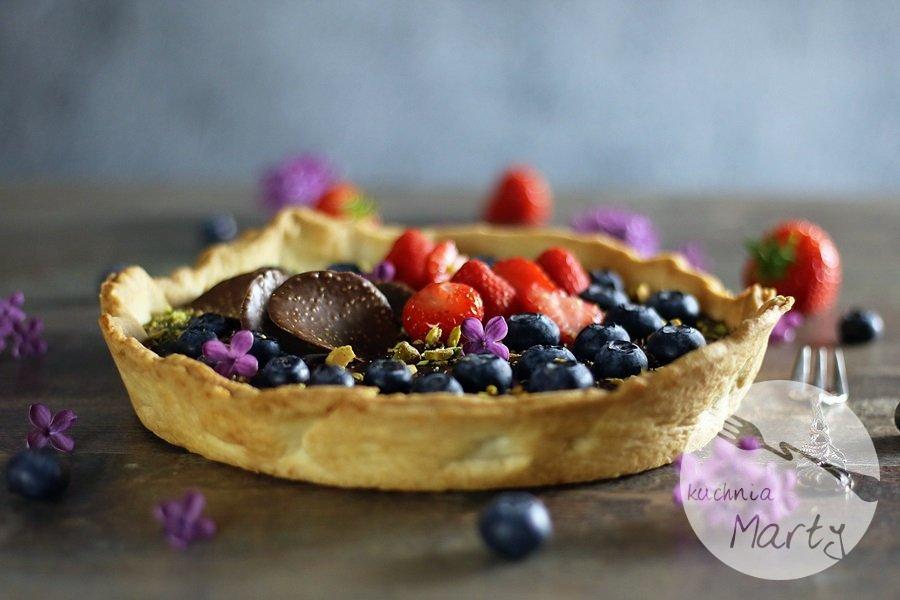 3574 - Tarta z kremem czekoladowym owocami i pistacjami