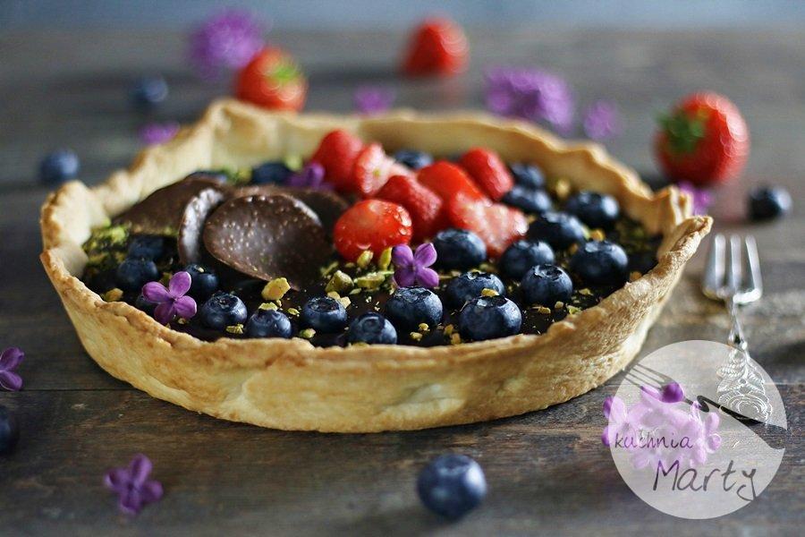 3577 - Tarta z kremem czekoladowym owocami i pistacjami