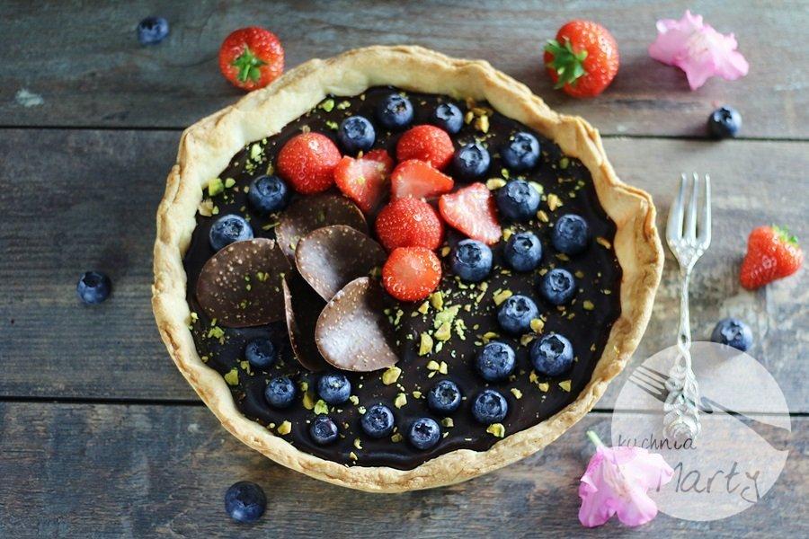 3632 - Tarta z kremem czekoladowym owocami i pistacjami