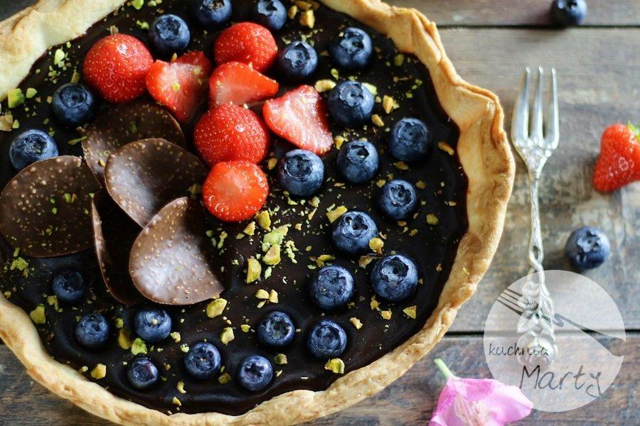 3635 - Tarta z kremem czekoladowym owocami i pistacjami