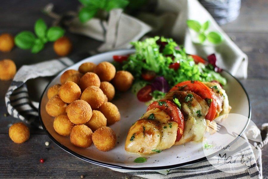 apiekany filet z kurczaka z pomidorem, mozzarellą i kuleczkami ziemniaczanymi Noisettes