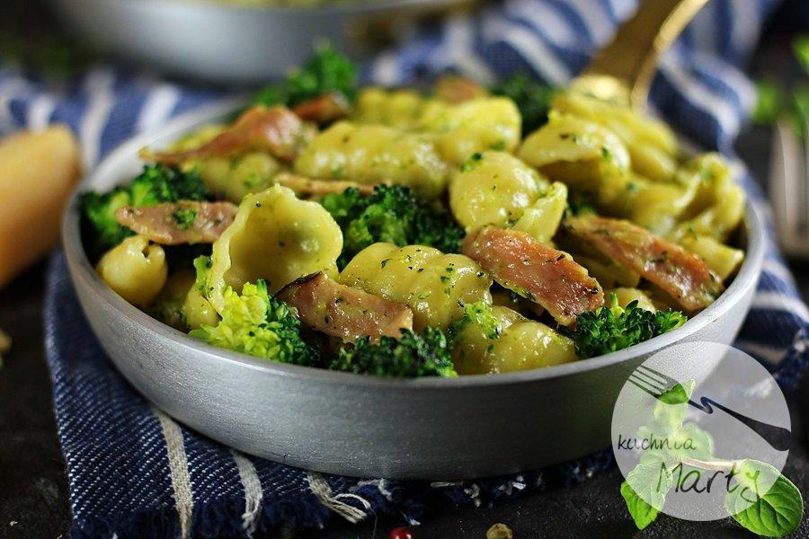 7517 - Makaron z brokułem i szynką w sosie śmietanowym