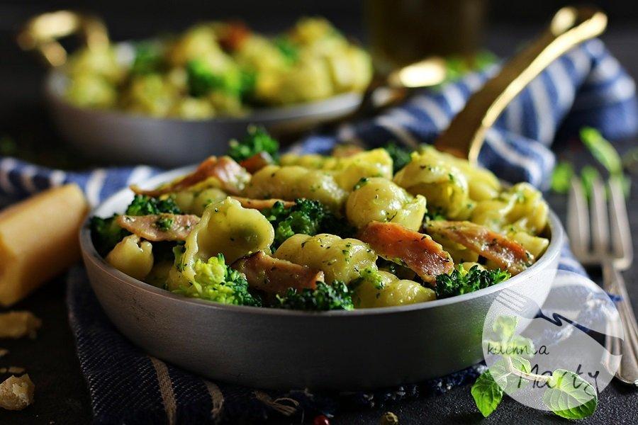 7548 - Makaron z brokułem i szynką w sosie śmietanowym