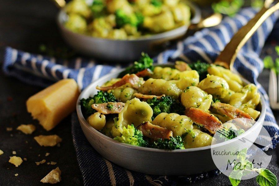 7551 - Makaron z brokułem i szynką w sosie śmietanowym