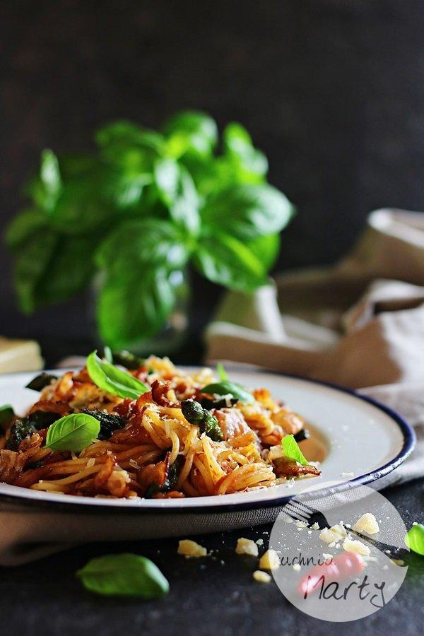 9128 - Spaghetti ze szparagami i sosem pomidorowym