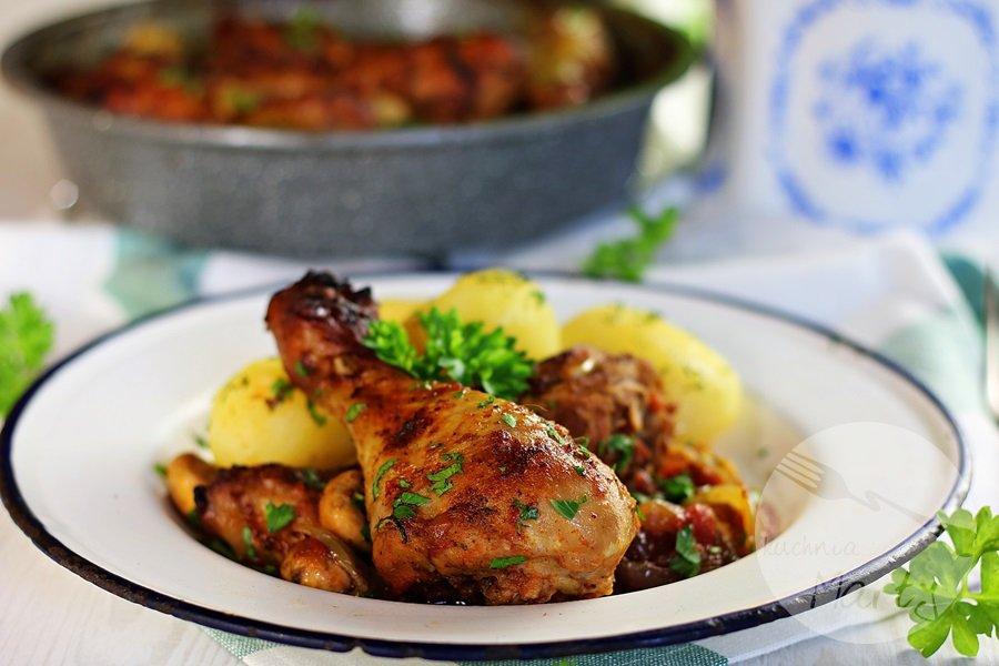 Udka kurczaka duszone w pomidorach z pieczarkami