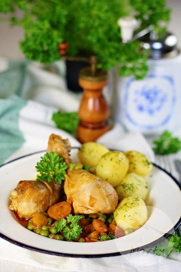 Udka z kurczaka duszone z marchewką i groszkiem
