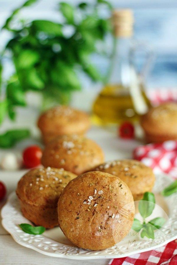 Drożdżowe bułeczki z mozzarellą i suszonymi pomidorami