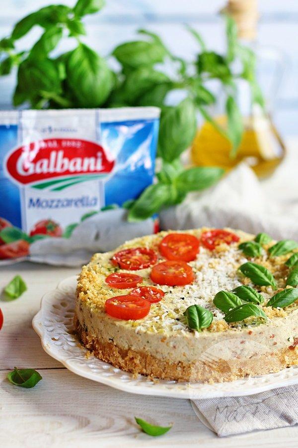 Wytrawny sernik z mozzarelli i suszonych pomidorów