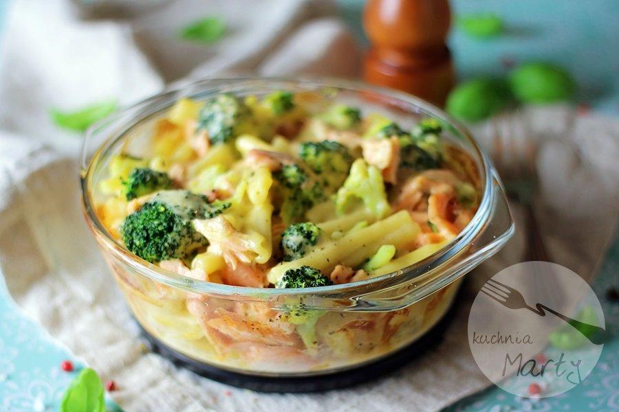 7724 - Zapiekanka makaronowa z łososiem i brokułem