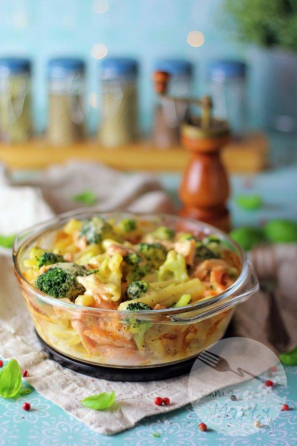 Zapiekanka makaronowa z łososiem i brokułem