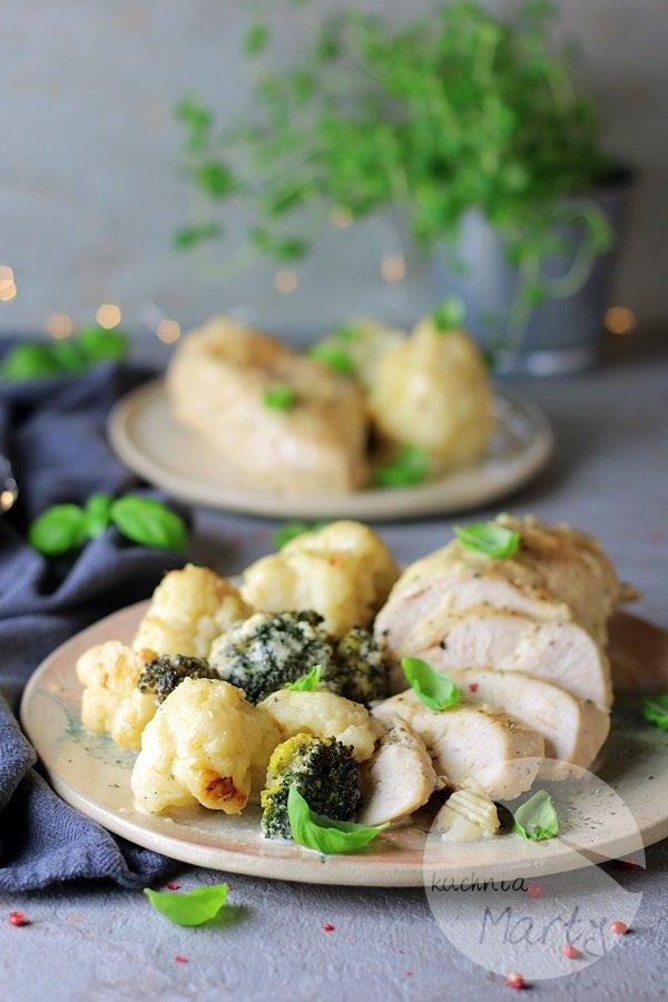 0953 - Kurczak zapiekany w sosie serowym z kalafiorem
