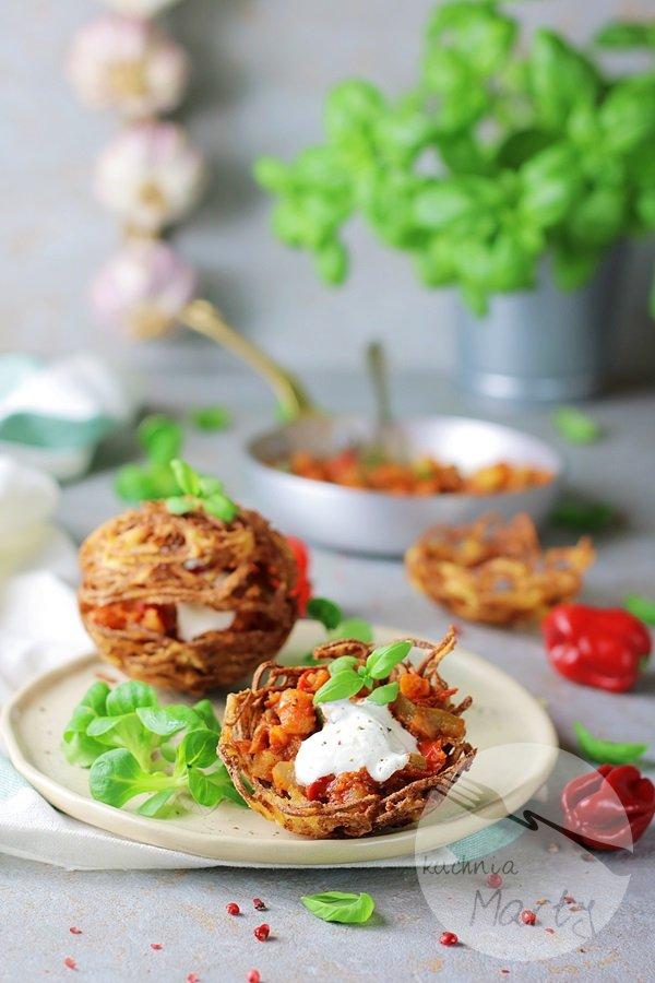 Koszyczki ziemniaczane z sosem węgierskim