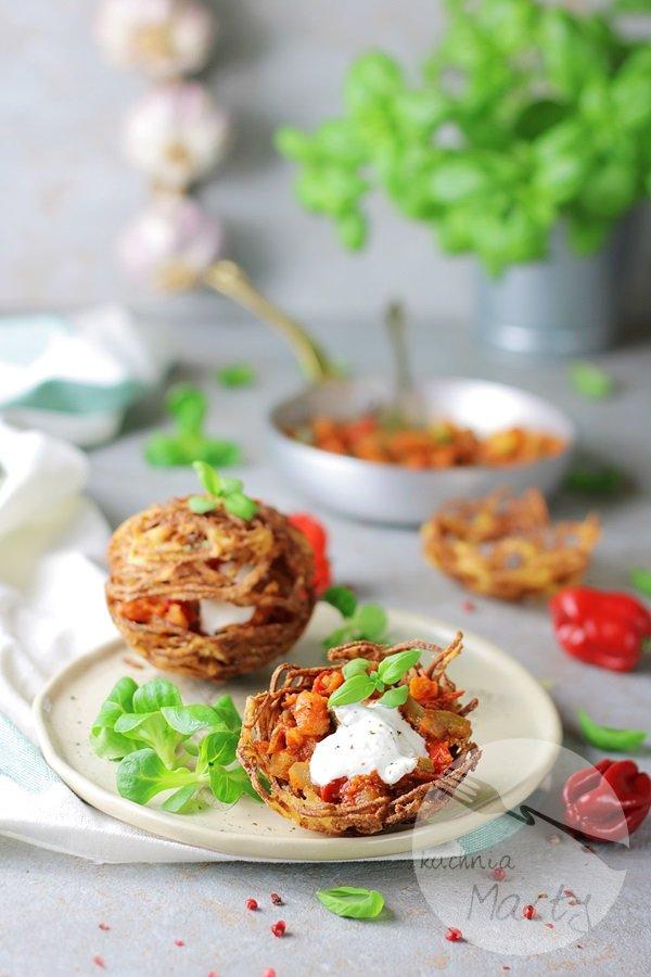 3651 - Koszyczki ziemniaczane z sosem węgierskim
