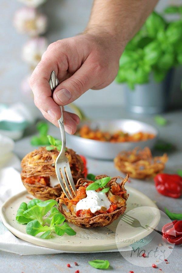 3682 - Koszyczki ziemniaczane z sosem węgierskim