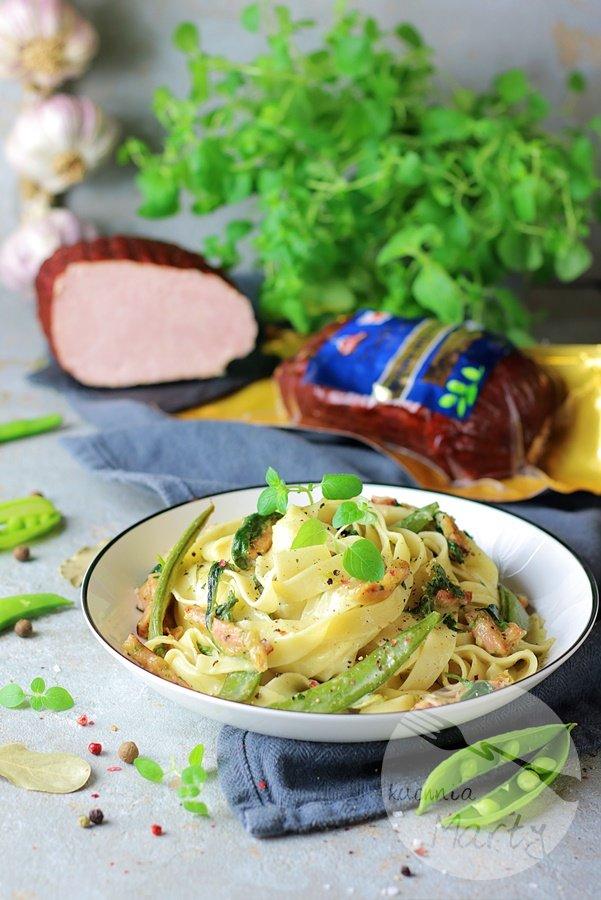 Makaron z wędzoną szynką i zielonymi warzywami w sosie serowym
