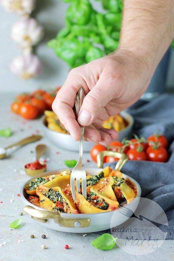 Makaron nadziewany szpinakiem z sosem pomidorowym