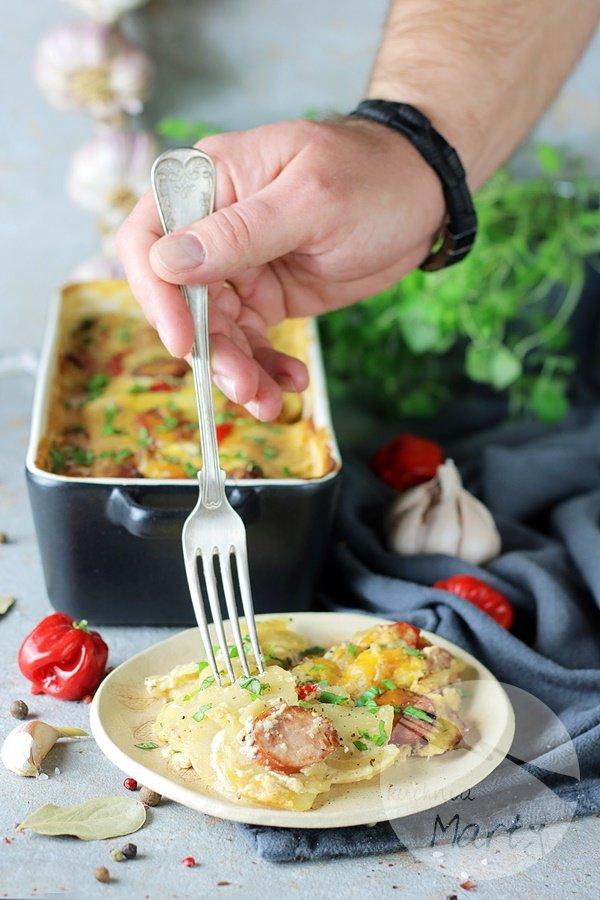 Zapiekanka ziemniaczana z kiełbasą i sosem musztardowym