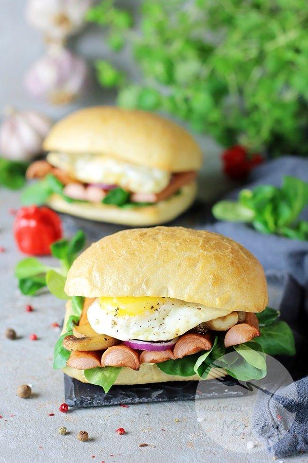 Kanapki z parówkami BBQ i jajkiem sadzonym
