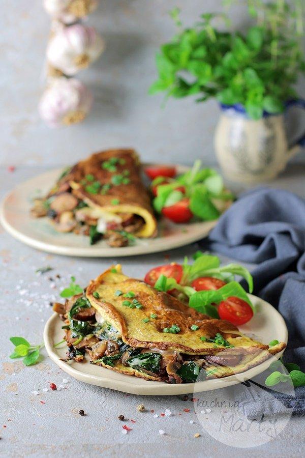 Omlet z kiełbasą szpinakiem i pieczarkami