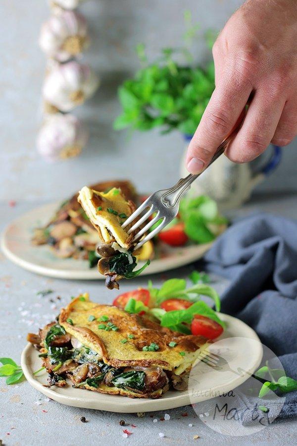8388 - Omlet z kiełbasą szpinakiem i pieczarkami