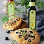 Focaccia z oliwkami i cebulą