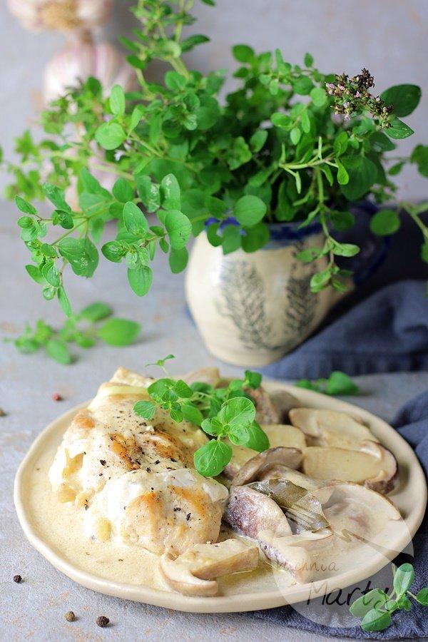 Filet z kurczaka z camembert w sosie z borowików