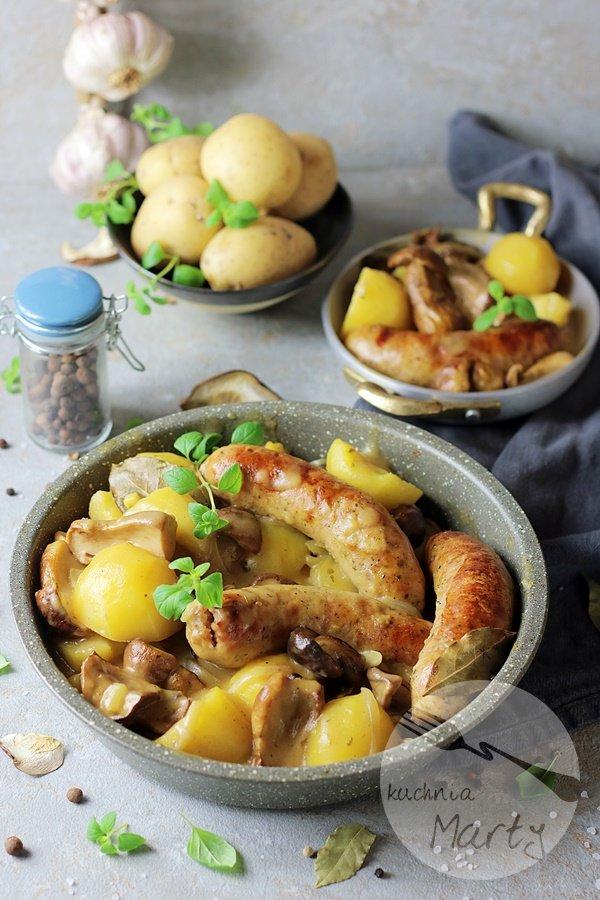 3003 - Biała kiełbasa w sosie grzybowym z ziemniakami