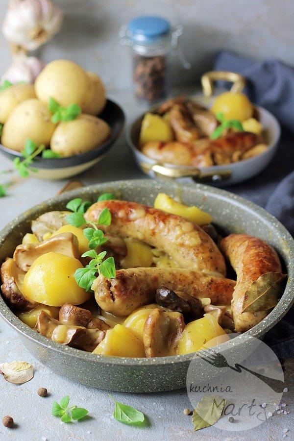 3015 - Biała kiełbasa w sosie grzybowym z ziemniakami