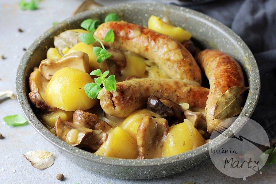 3016 - Biała kiełbasa w sosie grzybowym z ziemniakami