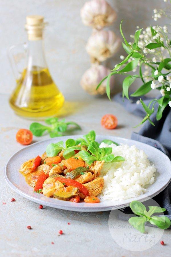 4842 - Kurczak z warzywami w sosie pomidorowym