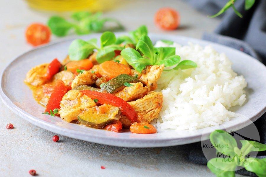 4849 - Kurczak z warzywami w sosie pomidorowym