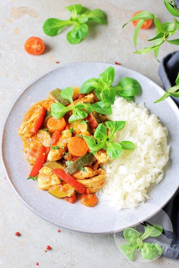 4853 - Kurczak z warzywami w sosie pomidorowym