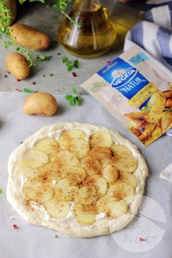 6798 - Pizza z młodymi ziemniakami i grzybami