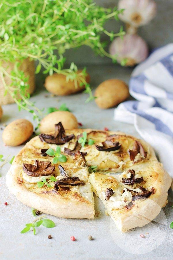 6879 - Pizza z młodymi ziemniakami i grzybami