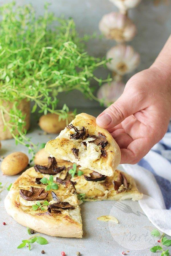 6907 - Pizza z młodymi ziemniakami i grzybami