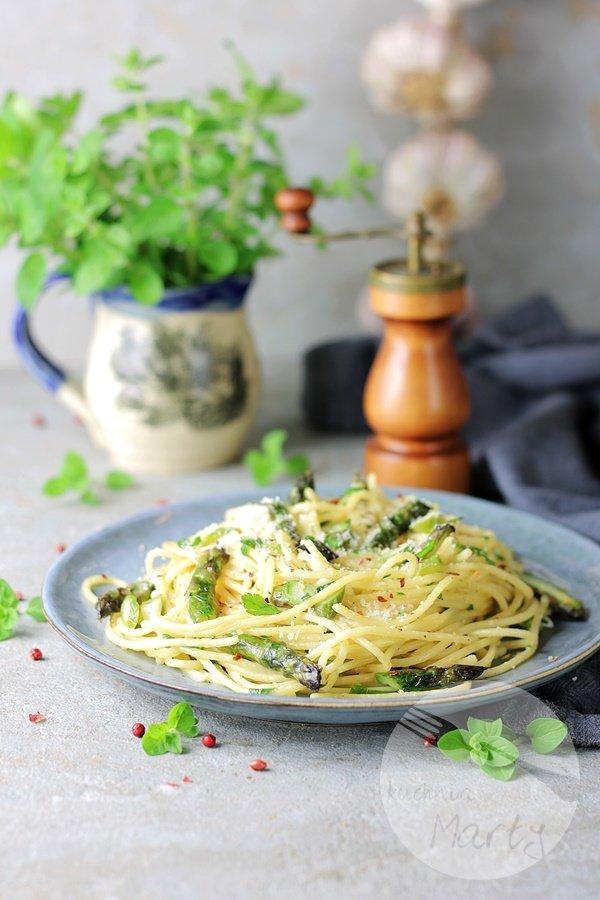 Spaghetti ze szparagami w maślanym sosie